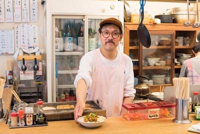 """店主の小林雄一さん。もともとはクリエーターだったが、北海道で食べた""""トキシラズ""""に感動し、サケ専門店を開いた。""""トキシラズ""""を使ったカレーも評判に"""