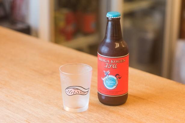 長野のクラフトビール「志賀高原IPA」(小瓶756円)。サケのグラスはイラストレーターの小幡彩貴さんがデザイン