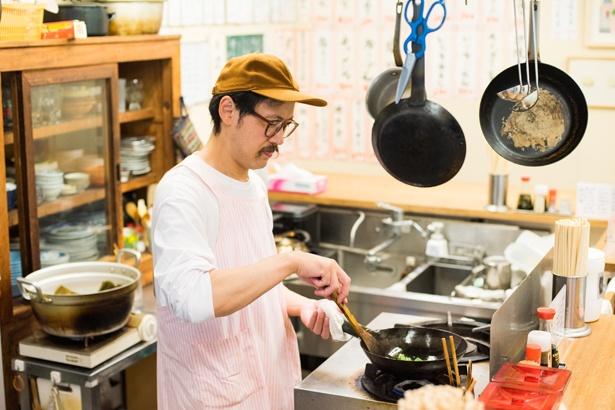 店主の小林雄一さん。2008年にサケに特化した食堂「しゃけ小島」を代田橋で創業。そして2016年に店の隣に2号店「しゃけスタンド」をオープンさせた