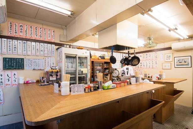 """""""スタンド""""の名前通り、店内はイスがなく、立ち呑みスタイル。壁にはお品書きがギッシリと並び、目移りしてしまう。お酒も豊富で特に日本酒が充実"""