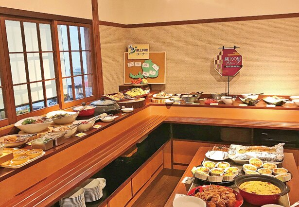 雰囲気のいい空間に、勝山の郷土料理のほか、福井の名物グルメやデザートなどが並ぶ