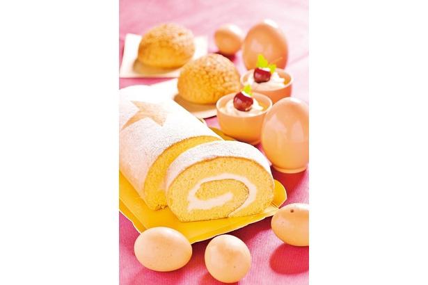 「おり姫ロール」(手前、1カット270円)のほか、「スフレチーズケーキのエッグドーム」(奥、1個1490円)も人気