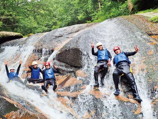 【写真を見る】巨大な一枚岩がある美しい渓谷でのウォータースライダー「シャワークライミング」