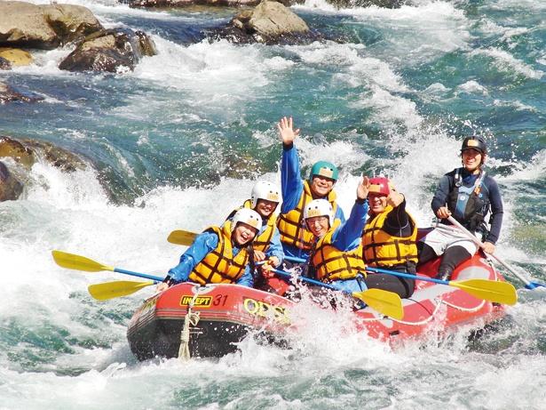 激流を乗り越えたり、のんびり川の流れに身をまかせたりを仲間と一緒に楽しめる「ラフティング」
