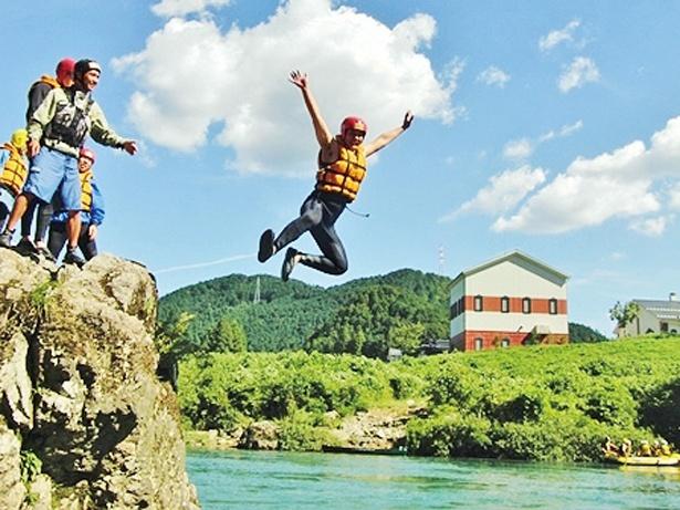 岩からの飛び込みも川遊びの魅力だ