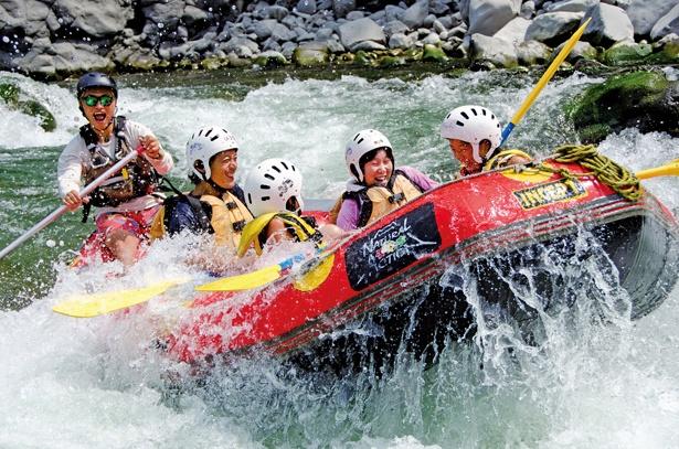 8人乗りのボードに乗り、みんなと一緒に急流をクリア!流れの緩やかな場所では富士山を眺められる