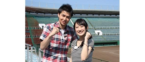 「高校野球ダイジェスト」の司会・上原風馬とアシスタント・鈴木那美(写真左から)