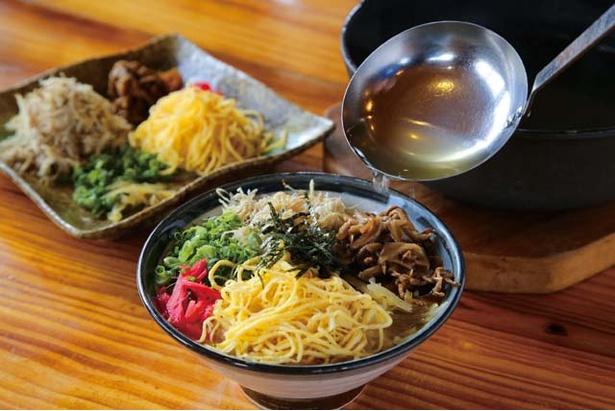 ひさ倉 / ご飯の上にゆでて細く裂いた鶏肉、錦糸卵、パパイア漬けなどをのせ、上から鶏スープをたっぷり注いで食べる鶏飯 (1000円)は絶品
