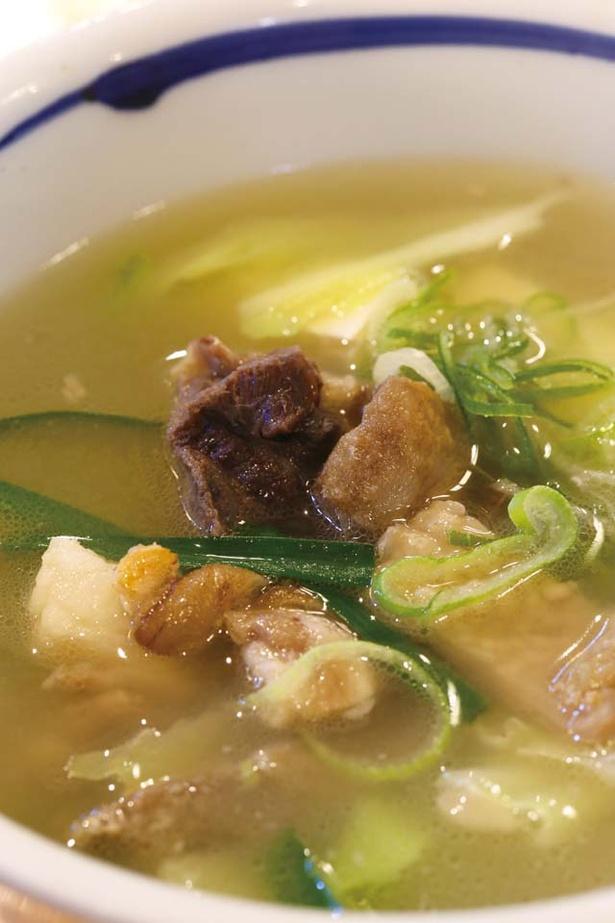【写真を見る】「鳥しん」の「やぎ汁」(1000円)。奄美の人は夏バテや風邪など元気をつけたい時に食べるそう