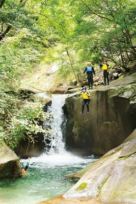 「童心に蛙」のキャニオニング体験 / 高さ5mの滝から「ひょうたん淵」にダイブ。最初は怖くても、慣れると何度も飛び込みたくなる
