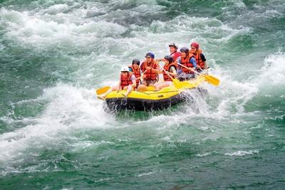 「メインストリーム」のラフティング体験 / ボートの先頭に座る「ロデオ」はスリリングな急流ポイントで試してみよう。激流に飲み込まれそうな緊張感を味わって