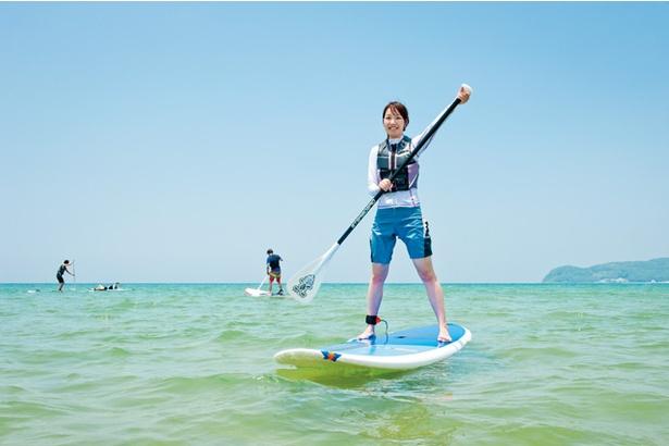 「パンタイバグース」のスタンドアップパドルサーフィン体験 / 立ち上がるのは、コツをつかむまでは一苦労。海に何度も落ちるが、それも楽しい