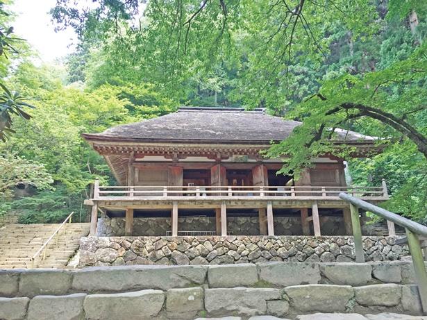 金堂(国宝)は、正面側面共に五間の寄棟造・柿葺きで、ご本尊は一本造の釈迦如来立像/室生寺