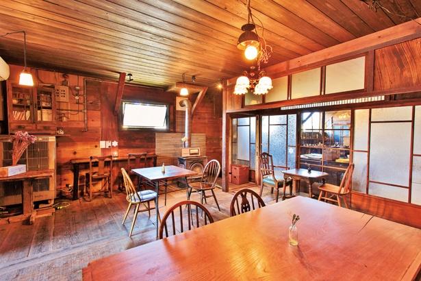 大正時代の結霜ガラス引き戸や枘穴のある柱など、店内の随所に日本の伝統的な木造建築技術が!