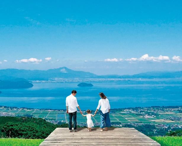標高約630mの展望台からは、琵琶湖や湖上に浮かぶ竹生島、伊吹山の雄大な景色が広がり、約250万輪が咲くユリ園の全景も眺められる