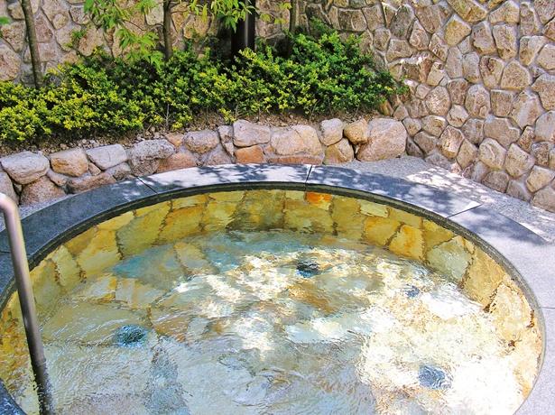 自然石を使った露天風呂。このほか、大浴場や低温湯も2種類ずつ完備する