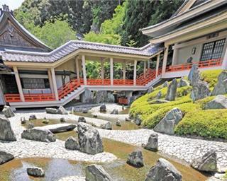 松尾大社が隆盛を極めた平安時代を表現した「曲水の庭」。御手洗川の清水の流れに巨石やサツキを配し、配色にこだわった構成/松尾大社