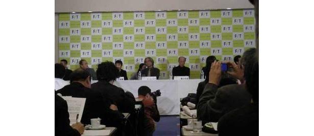中心にイ・ユンテクと蜷川幸雄。