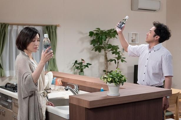 【写真を見る】ペットボトルを握り、何かを思う広末涼子