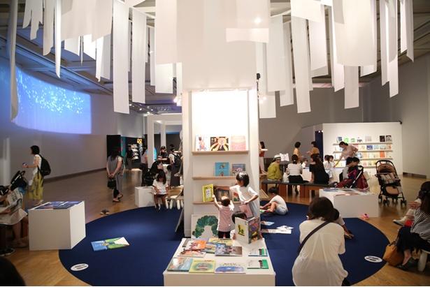 会場には自由に手にとって読むことができる絵本が約1000冊も登場