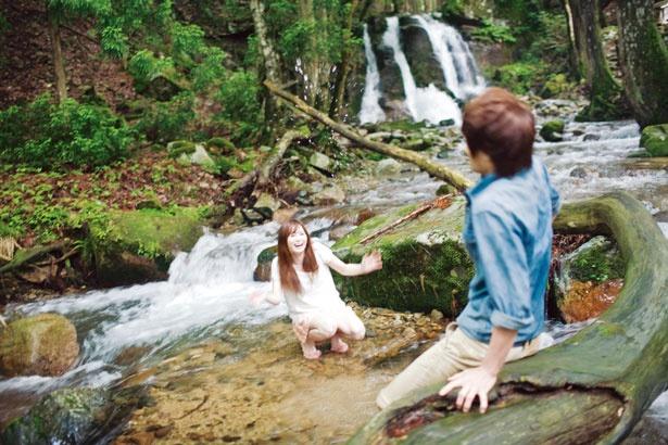 【写真をみる】滝の下流の河原はなだらかで水遊びに最適/三室渓谷