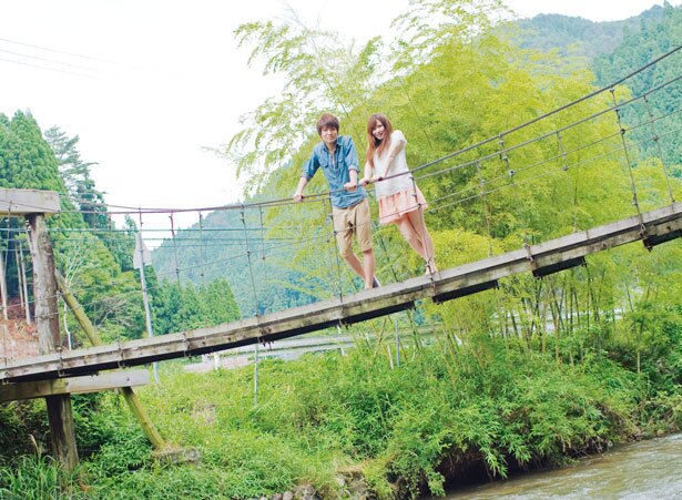 出合橋のすぐ西側には木製のつり橋が/三室渓谷