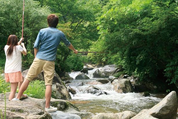 大きな岩もゴロゴロしている自然の川が釣り場/三室渓谷フィッシングセンター