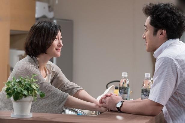 【写真を見る】手を取り合う広末涼子とムロツヨシ