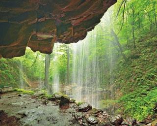 滝の上部に安山岩の岩盤が突き出て岩屋が形成された岩井滝/岩井滝