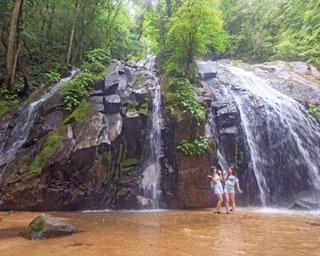 京都を代表する高さ約40m、幅約20mの金引の滝/金引の滝