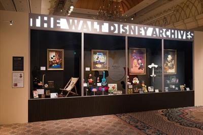 【写真を見る】ウォルト・ディズニー・アーカイブスのロビーにある巨大なショーケースを再現