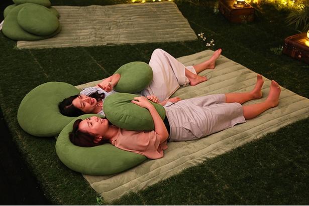 人工芝に用意された芝シート。芝生の上で寝転び、夜空を見上げているような開放的なシチュエーションでプラネタリウムを楽しめる