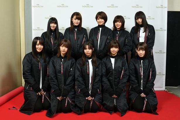 裏配信に登場した欅坂46(写真前列左から菅井友香、