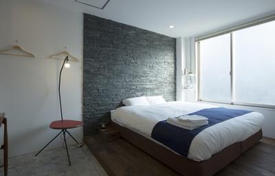 【写真を見る】クイーンサイズのベッドが置かれるIoTダブルルーム
