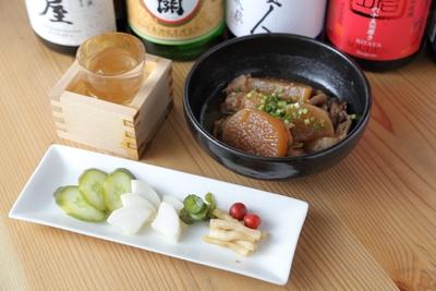 漬物盛り合わせ(626円)と牛すじの煮込み(680円)、日本酒(グラス450円〜)。料理内容やメニューは随時変更される