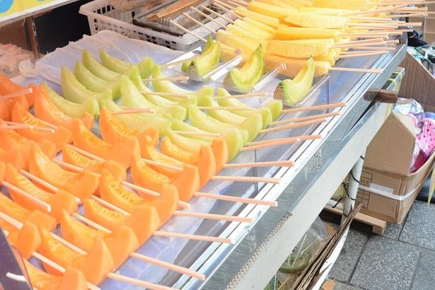 【写真を見る】パイナップルや、メロンなどの季節のカットフルーツ100円~(1本)がずらり