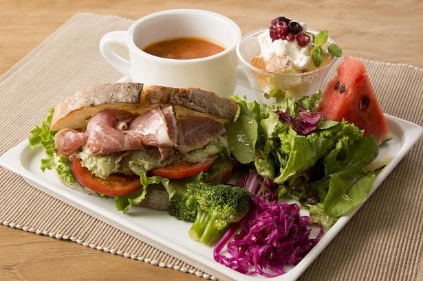 季節の野菜をふんだんに使用した、森のガーデンサンド1590円(写真はイメージ)