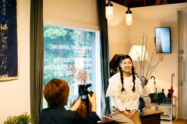 【写真を見る】「スマホで動画を撮影したことはあるけど、本格的なカメラを使っての撮影や編集は初めて」という前田さん