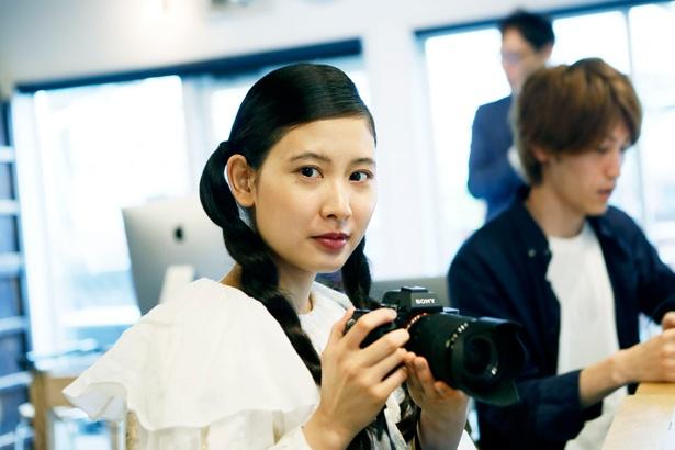 初めての本格的な動画撮影に挑む前田さん。一眼レフカメラを手にちょっぴり緊張の面持ちだ