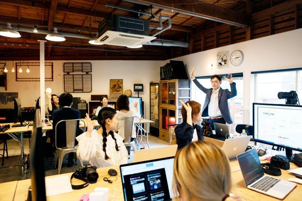 「動画を勉強するのが初めての人は手を挙げて〜」と山本先生。その言葉にすかさず前田さんも挙手!