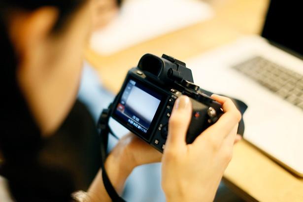 一眼レフカメラでの動画撮影を練習する前田さん。「何を撮影するか悩んじゃうな。最初にテーマを絞ってから撮影した方がよさそう」(前田さん)