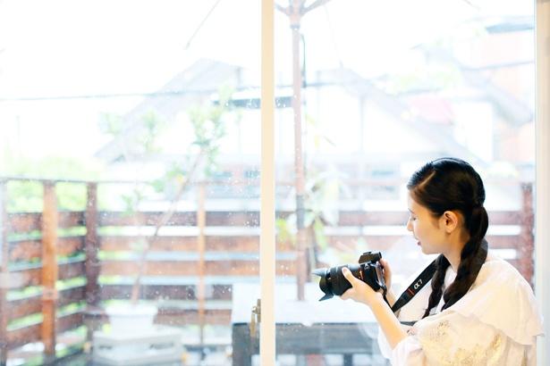 山本先生によると、自然光を入れるとキレイな動画が撮れるとのこと。「先生のアドバイスどおり、外からの光が入る窓の近くで撮影してみようっと」(前田さん)