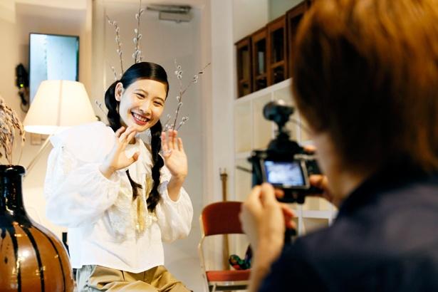 「こんにちは、上から読んでも下から読んでも前田エマです」と、動画カメラの前でキュートにごあいさつ!
