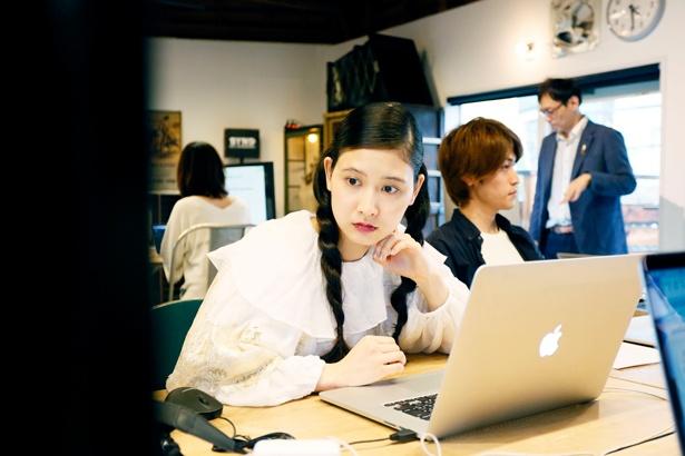 編集作業は自分のノートPCで行う。Macを見つめながら何やら真剣に作業を進める前田さん
