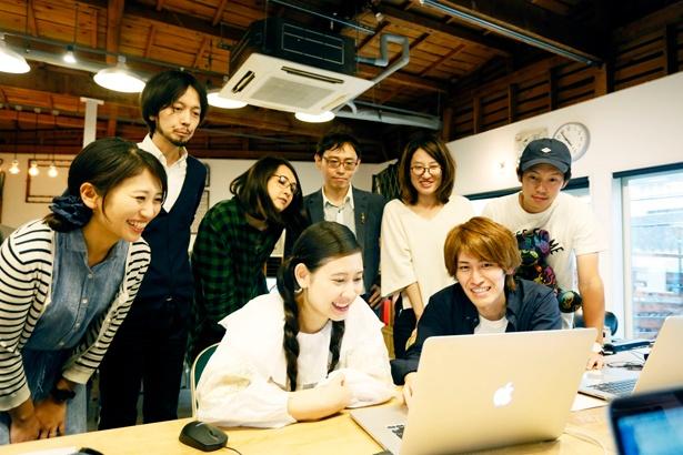自分で撮影と編集をした動画をクラスのみんなと視聴。前田さんは「すてきな動画でしょ!」と大満足の様子