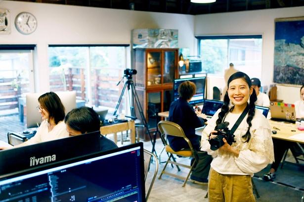 「動画撮影を習得できたので、次は私のカバンの中身を紹介する動画を撮れたらいいな!」と笑顔でカメラを構える前田さん