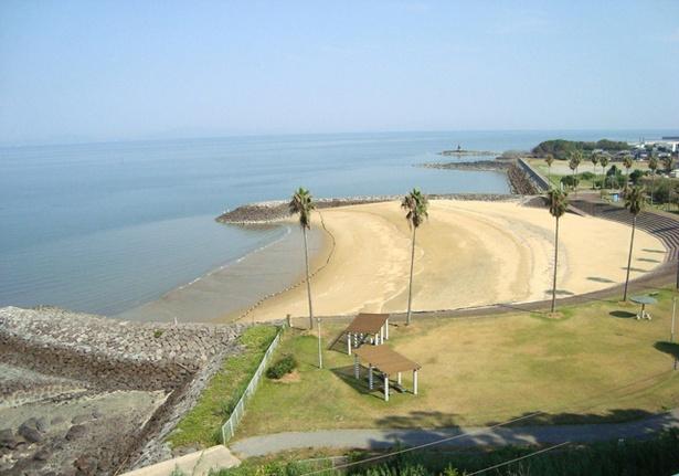 「白鶴浜海水浴場」。海水浴場の近くにはキャンプ場もある