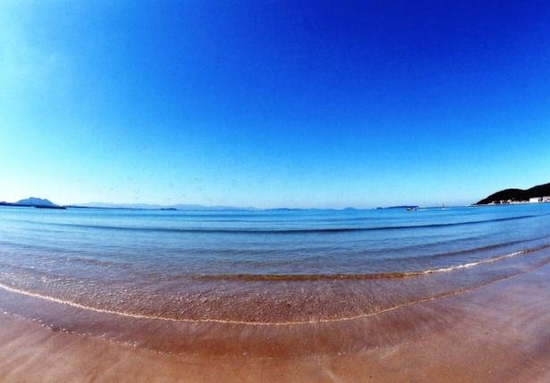 「津屋崎海水浴場」の海水は、空が映りこむほど青く透明度が高い