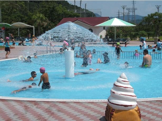 長崎県立総合運動公園わいわいプール / スライダーや流水プールなど定番プールを常設している