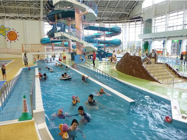 【写真を見る】1周100mの流れるプールがある「ヘルストピア延岡」